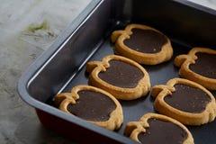 新鲜的被烘烤的巧克力苹果塑造了在甜酥饼干,顶视图,特写镜头,选择聚焦的曲奇饼 免版税库存照片