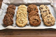 新鲜的被烘烤的曲奇饼盘子  图库摄影
