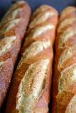 新鲜的被烘烤的法国大面包待售 库存图片