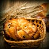 新鲜的被烘烤的甜小圆面包用麦子 图库摄影