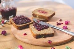 新鲜的被烘烤的自创健康面包用黑醋栗果酱-自创橘子果酱用从庭院的新鲜的有机果子 在土气12月 免版税图库摄影