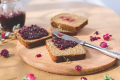 新鲜的被烘烤的自创健康面包用黑醋栗果酱 免版税库存图片