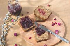 新鲜的被烘烤的自创健康面包用黑醋栗果酱 图库摄影