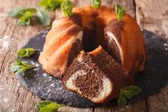 新鲜的被烘烤的自创大理石花纹蛋糕,甜点,食物 水平 免版税库存照片