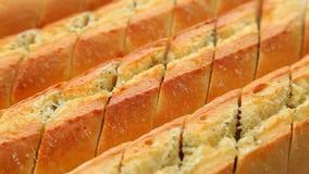 新鲜的被烘烤的蒜味面包 影视素材