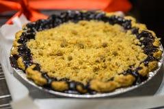 新鲜的被烘烤的蓝莓和桃子饼坐木表面,顶上的射击 免版税库存图片