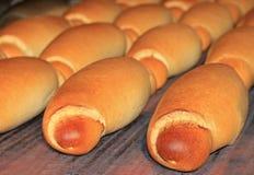 新鲜的被烘烤的面包在工厂 图库摄影