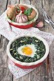 新鲜的被烘烤的鸡蛋用菠菜 库存照片