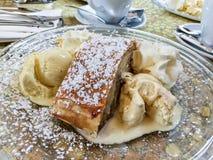 新鲜的被烘烤的Apfelstrudel用冰淇凌和打好的奶油 库存照片