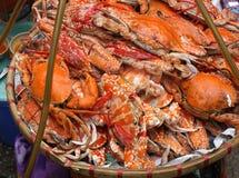 新鲜的被蒸的螃蟹待售在河内越南市场上 免版税库存照片