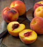 新鲜的被采摘的桃子 免版税库存照片
