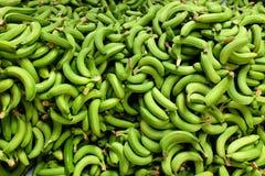 新鲜的被采摘的香蕉堆 免版税库存图片