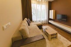 新鲜的被更新的公寓的客厅与现代LED照明设备 免版税库存图片