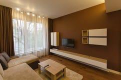 新鲜的被更新的公寓的客厅与现代LED照明设备 免版税库存照片