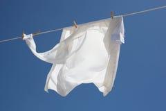 新鲜的被洗涤的白色衬衣 免版税库存照片