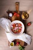 新鲜的西红柿和萝卜沙拉用酒 碗新鲜的地中海沙拉 顶视图 库存图片