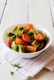 新鲜的西红柿和鲕梨沙拉 免版税库存照片