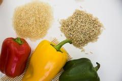 新鲜的辣椒粉和棕色和白米 免版税库存图片