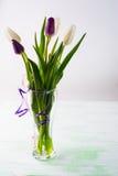新鲜的郁金香花束在花瓶的 免版税库存照片
