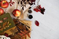 新鲜的酥皮点心小圆面包、杯热的咖啡和在木背景的秋叶 木信件词秋天 顶视图,拷贝 库存图片
