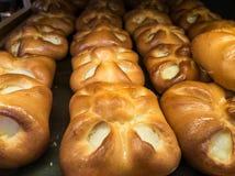 新鲜的酥皮点心待售在面包店 免版税库存图片