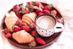新鲜的酥皮点心用在盘子的草莓 免版税图库摄影