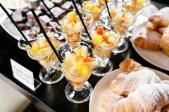新鲜的酥皮点心,酥脆早晨新月形面包,旅馆早餐自助餐 点心在杯子的水果鸡尾酒 库存图片