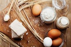 新鲜的酵母和成份从上面烘烤的在土气厨房用桌上 准备的薄饼或面包产品 库存图片