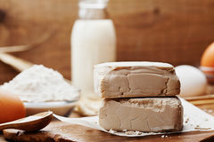 新鲜的酵母和成份烘烤的在葡萄酒厨房背景 准备的薄饼或面包产品 免版税库存图片