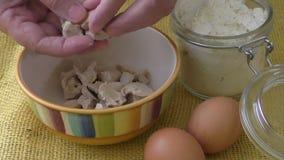 新鲜的酵母碗面包师在黄色背景的` s酵母 股票视频