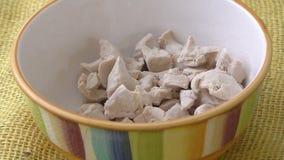 新鲜的酵母碗面包师` s酵母 影视素材