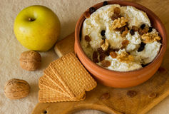 新鲜的酸奶干酪用葡萄干和坚果在一个陶瓷碗 Gr 库存照片