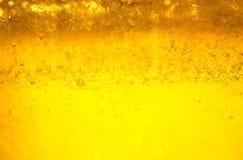 新鲜的金黄蜂蜜鲜美液体背景在su闪耀 库存图片