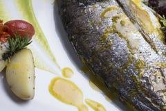 新鲜的银色鲂服务用水煮的土豆和两不同蔬菜泥射击的13close 免版税库存照片