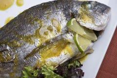 新鲜的银色鲂服务用水煮的土豆和两不同蔬菜泥射击的11close 免版税库存图片