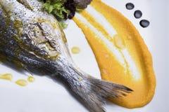新鲜的银色鲂服务用水煮的土豆和两不同蔬菜泥射击的14close 免版税库存图片