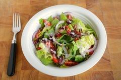 新鲜的长叶莴苣和西红柿沙拉 库存照片