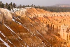 新鲜的雪下跌的布赖斯峡谷岩层犹他美国 免版税库存照片