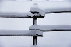 新鲜的雪在农村冬天多雪的马农场填装了畜栏篱芭 库存图片