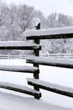 新鲜的雪在农村冬天多雪的马农场填装了畜栏篱芭 免版税库存图片