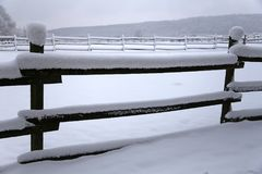 新鲜的雪在农村冬天多雪的马农场填装了畜栏篱芭 免版税库存照片