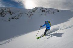 新鲜的雪的Backcountry滑雪者 库存照片
