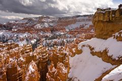 新鲜的雪覆盖布赖斯峡谷岩层犹他美国 免版税库存图片