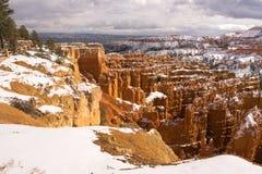 新鲜的雪覆盖布赖斯峡谷岩层犹他美国 免版税库存照片