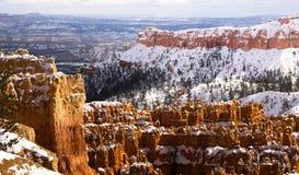 新鲜的雪覆盖布赖斯峡谷岩层犹他美国 库存照片
