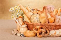 新鲜的面包店产品和成份 免版税库存照片