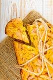 新鲜的面包店 被烘烤的饼顶视图用在麻袋布的苹果在白色木背景 免版税库存图片