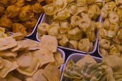 新鲜的面团在Vancouvers Grandville海岛市场上 免版税库存图片