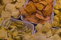 新鲜的面团在Vancouvers Grandville海岛市场上 免版税库存照片