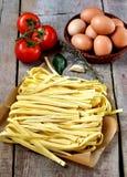 新鲜的面团用蕃茄和鸡蛋 免版税库存图片
